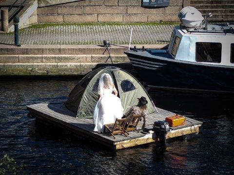 BRUDEFERD: Her seiler Gunn Berit og Vainö inn for å spise lunsj på Skutebrygga.