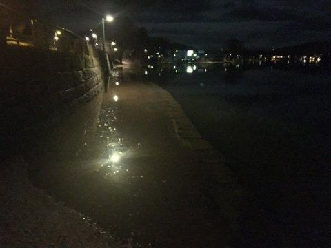 Gangveien i Pølsesvingen lå under vann torsdag morgen, men ellers er det ikke meldt om noen problemer i forbindelse med høy vannstand.