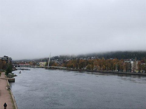 GRÅTT: Slik ser det ut ved Drammenselva torsdag formiddag.