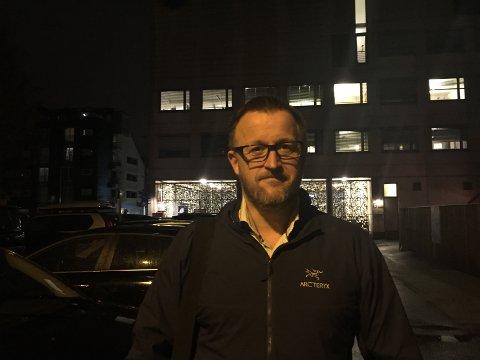 Lars Johansen og de andre pendlerne får ekstra gåtur fra bilen til togstasjonen når pendlerparkeringen flytter.
