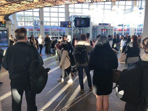 KAOS: Mange passasjerer på Drammen stasjon var berørt av forsinkelser og innstillinger.