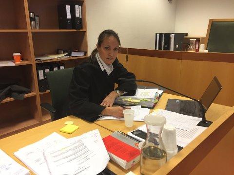 Advokat Marianne Darre-Næss forsvarer den 44 år gamle fembarnsfaren. Han avviser at han hadde noe med drapene å gjøre.