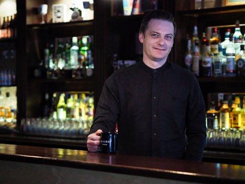 USIKKER: Thomas Innstø er medeier i Rekord Bar. Han sier at de kommer til å følge reglene, men vet foreløpig ikke hvordan de skal håndheve reglene i praksis.