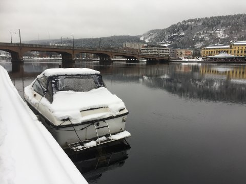 UREGISTRERT ligger båten på Strømsøsiden i Drammen.