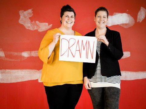 «DRAMN»: Biblioteksjef Monica Nyhus og den kommende daglig leder på kaffebaren, Malin Gulhaugen er strålende fornøyde med det nye navnet.