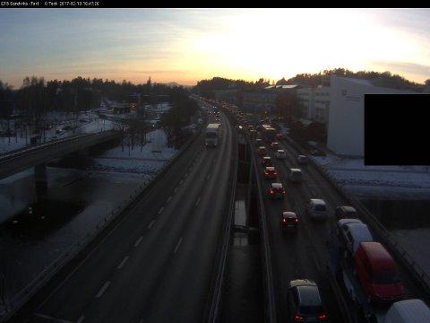 Slik så det ut på E18 etter trafikkuhellet mandag ettermiddag.