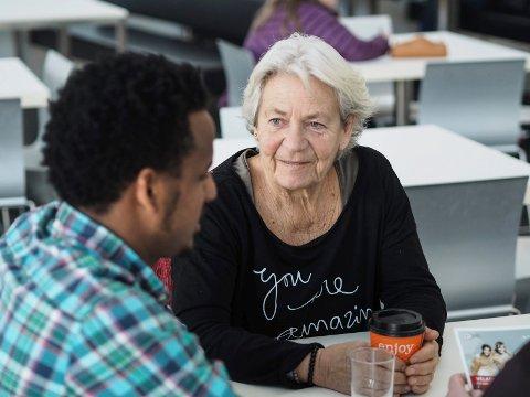 GODE VENNER: Marianne Fredriksen er flyktningguide for Aregai Bahta. Hun er en del av «bestemorordningen», og hjelper Aregai med å finne sin plass i det norske samfunnet. På et halvt år har de utviklet et godt vennskap.