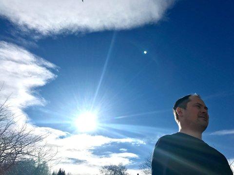 STRÅLENDE: Michael Link er bokstavelig talt strålende fornøyd med sin energi-avgjørelse. I fjor fikk familien på fire eget energiverk på taket og kan nå nyte godt av alle solstråler over Slemmstad.