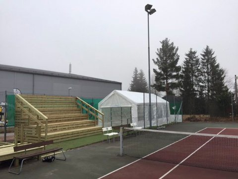NY VIP-TRIBUNE: Denne VIP-tribunen i Svelvik Tennisklubbs anlegg ble bygget i vår, og blir etter planen fylt opp under helgens Grand Prix-turnering.