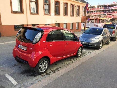 ELBILER: Amtmand Bloms gate, like bak Rådhuset, er en av gatene der mange elbiler gjerne står parkert hele dagen.