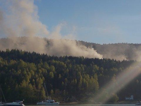 – Røyken er godt synlig fra Håøya, sier Hanne Sparby, som har har sendt oss dette bildet.