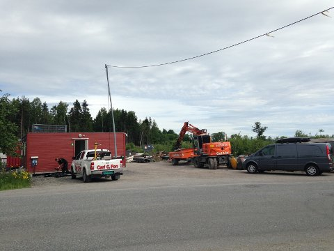 SKADEVERK: Mandag formiddag var politiet på plass og gjorde en åstedsundersøkelse etter melding om skadeverk på Eikhaugen.