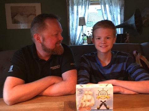 RAMMET AV «DUSTEFORBUD»: Robin Brakas Arnesen (15) (t. h.) skulle kjøpe med lakrispiper til faren, Raymond Arnesen (t. v.), men siden Robin ikke har fylt 18 år, fikk han ikke lov til å kjøpe godteriet som ligner på et tobakksprodukt.