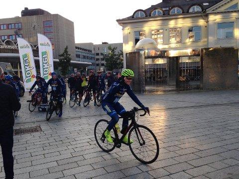 STARTEN: Over 500 kilometer er det fra Drammen til Bergen der sykkel-VM starter lørdag. Det er målet for de Joker-ansatte.