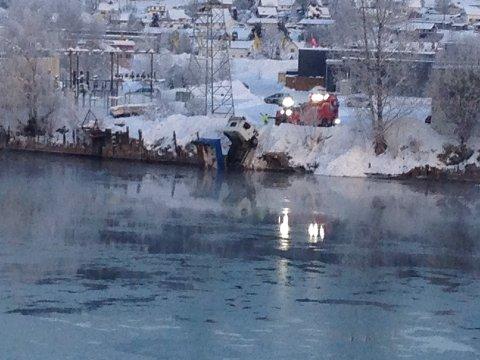 HER GIKK DET GALT: En lastebil måtte onsdag morgen berges fra Drammenselva bak Buskerud Storsenter.