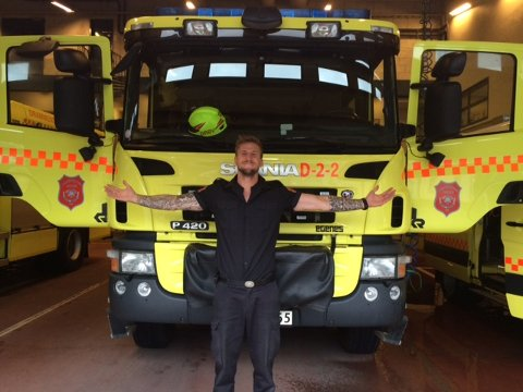 DIGER: Brannkonstabel Matias Winther foran en av brannbilene.