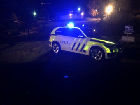 Politiet holdt mandag kveld vakt på eksplosjonsstedet inntil politiets teknikere fikk undersøkt den ødelagte campingvogna.