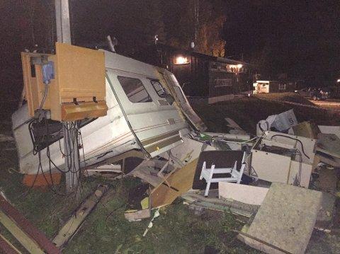 En mann ble alvorlig skadet da en campingvogn i Sigdal eksploderte mandag kveld.