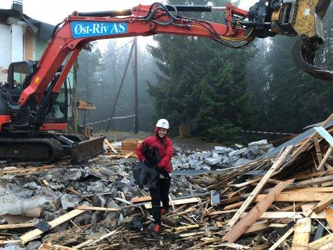 Styreleder i Strong, Hilde Aurora Onseng, var med på riving av hytta.