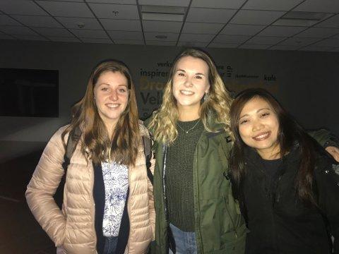 MÅTTE GÅ: Studentene Michaela Kilwright (f.v.), Skylar Russell og Katrina Yau måtte lyses opp i mørket på Universitetet i Sørøst-Norge.