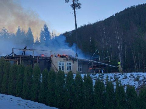 OVERTENT: Brannvesenet gjorde det de kunne for å redde huset hvor Susan og samboeren leide. – De gjorde en kjempejobb, men det var bare for mye flammer, sier hun.