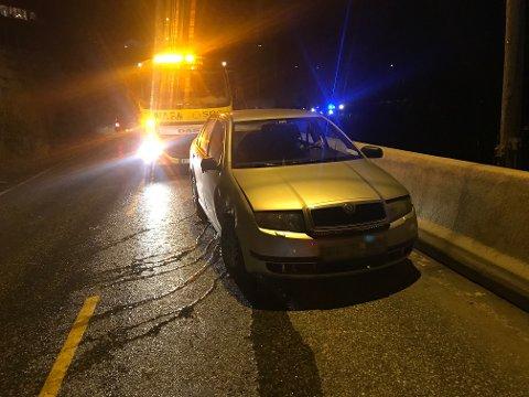 En bil kjørte av veien og inn i en fjellvegg ved Åros tirsdag kveld.