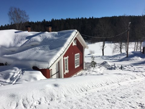 SOL OG SNØ: Snøen forsvinner ikke til påske, men det blir langt mer behagelige temperaturer til ferien. Dette bildet er fra Blektjern i Drammen.