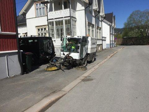 FEIER GATENE: Trond Juel i Aktiv Veidrift feier gatene i Drammen på oppdrag fra kommunen.
