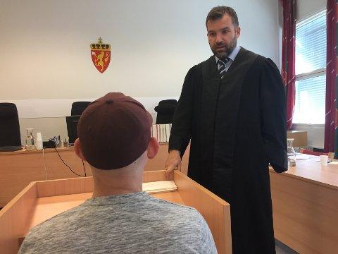 Den 23 år gamle bilkjøperen forklarte seg under rettssaken mot bilselgeren i Drammen tingrett. Ole Magnus Strømmen er bistandsadvokat for 23-åringen.