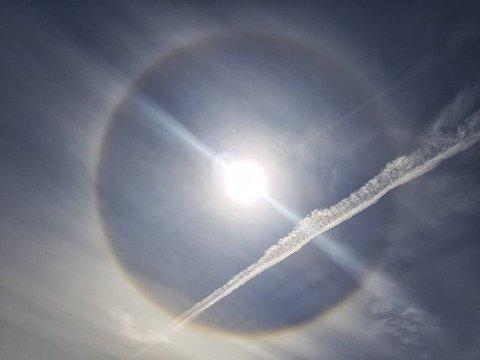 Slik så solen ut søndag. Værfenomenet kalles en halo.