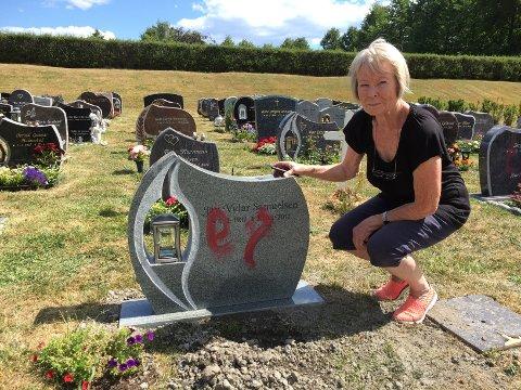 - Det er grusomt at folk kan gjøre noe sånt, sier Aud Samuelsen. Mannens grav ble tilsølt bare fire dager etter den kom på plass.