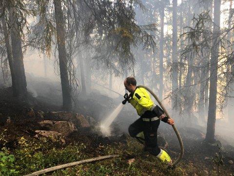 Det er fysisk krevende å slukke skogbrann. Her fra en brann ved Eikeren torsdag denne uken.