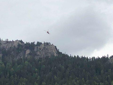 Helikopteret flyr over Knabben onsdag kveld.