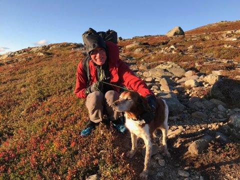 Engelske Colin Ibbotson fant hunden Ask mutters alene på fjellet denne helgen. Nå er hunden trygt hjemme på Røyken igjen.