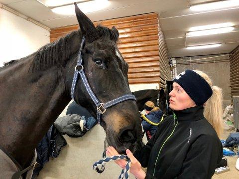Eli Døviken er glad for at Campao endelig er hjemme, men hun er bekymret for skadene hans. â Dette var ikke greit, sier hun trøstende til Campao.