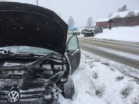KOLLISJON: Flere biler har fått store materielle skader i dag som følge av snøværet.