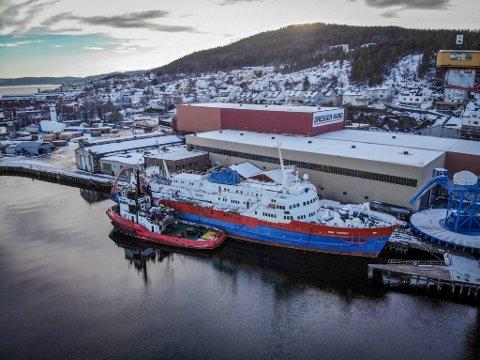Skipet Pan Trader ligger til kais i Drammen igjen etter å ha blitt forsøkt slepet ut av elvebyen onsdag.