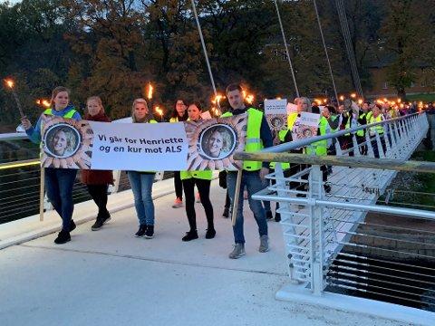 FOR ALS: Fakkeltoget gikk for å vise støtte for ALS-syke Henriette.