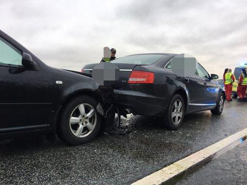 Den ene bilen lirket seg nærmest under bilen foran.