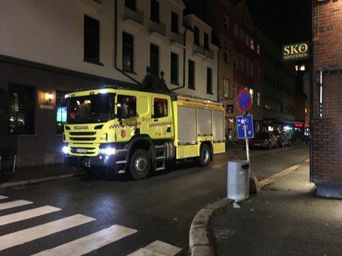 Brannbilen på stedet etter at to biler hadde et sammenstøt på Strømsø.