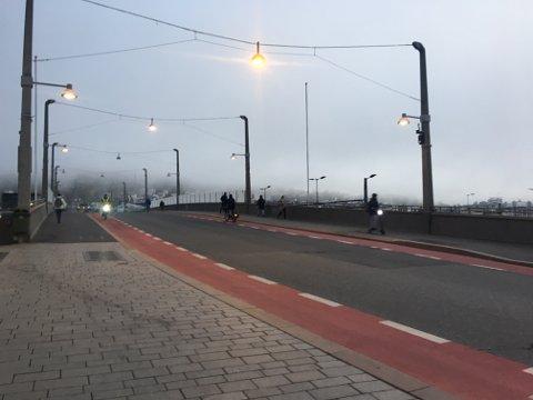 KALDT: Det var surt over bybrua mandag morgen, og folk måtte finne seg i å passere i bitende minusgrader.