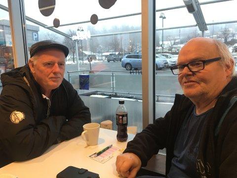 SKUMMELT: Roar Løvf (t.v.) og Vidar Kristiansen fulgte politiets bevegelser fra vinduene i Mixkiosken i Åmot