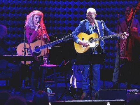 Judy Collins og Jonas Fjeld på scenen i New York.