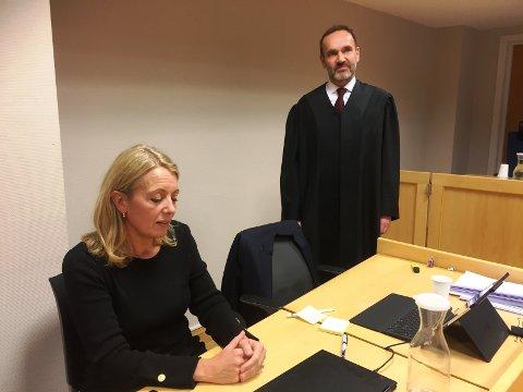 - Jeg synes dette er ubehagelig, men når vi er uenige må vi få hjelp til å løse det, sier Nina Widerøe til Drammens Tidende. Bak hennes advokat Egil Jarslett.