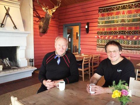 Arne Bergodd(til venstre) har vært fast gjest på Landfallhytta siden han var liten gutt. Til høyre Magne Bergland som har drevet Landfallhytta siden begynnelsen av 90-tallet.