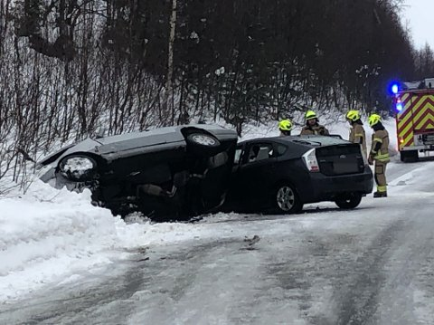 Brannvesenet jobber med de to bilene som var involvert i ulykken.