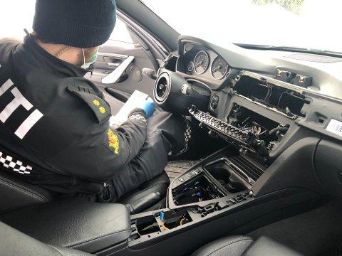 Rattet og hele dahsbordet var mandag morgen borte på BMWen til Espen Jensen på Konnerud. Politiet undersøkte åstedet.