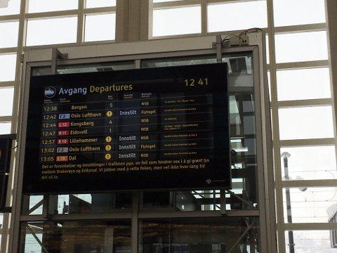 PROBLEMER: Innstillingene er i ferd med å tikke inn på Drammen stasjon.
