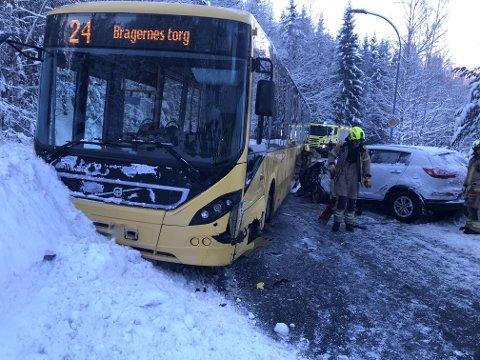ULYKKE: En buss og en personbil havnet i en ulykke fredag morgen.
