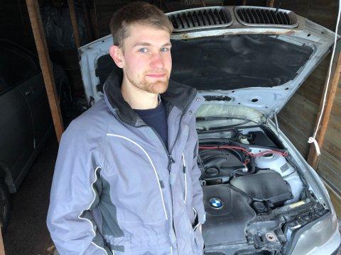 BRANN: Erik Edvardsen er glad han fikk slukket brannen, men tror ikke det blir aktuelt å reparere BMWen.